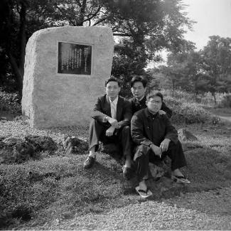 恵迪寮南側に設置された初代記念碑の前で、歌碑建設資金募集に翻弄した恵迪寮委員会の面々(中央が横山清現会長)