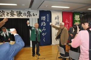 「時潮の波の」作曲者・寺井幸夫先輩を迎えて乾杯(右)寺井君、(左)横山会長