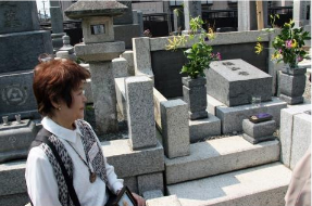 河田悠紀恵さんや北大同窓生によって建てられた横山家の墓石の後ろに歌詞を刻んだ墓標