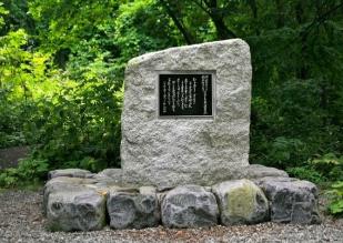恵迪の杜の一角に建つ、改修後の第二代歌碑